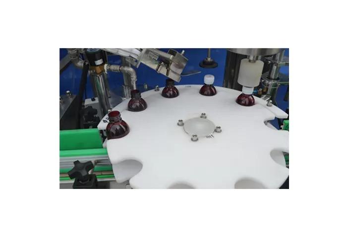 Avtomatski stroj za polnjenje tekočih črpalk